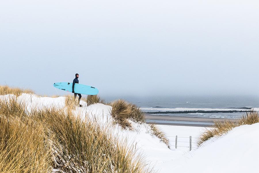 surfen in de winter zorg dat je de juiste surfspullen hebt voor de winter swell